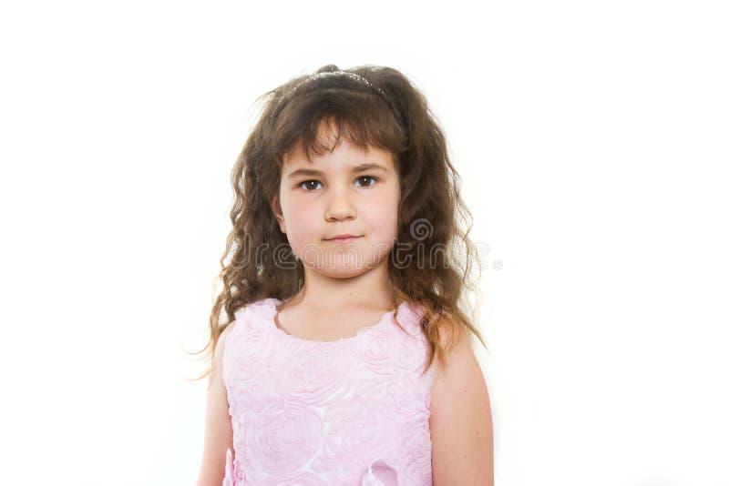 Studiostående av den unga lyckliga le flickan över vit royaltyfri bild