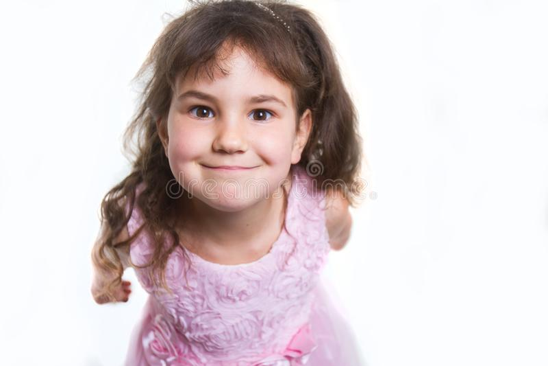 Studiostående av den unga lyckliga le flickan över vit fotografering för bildbyråer