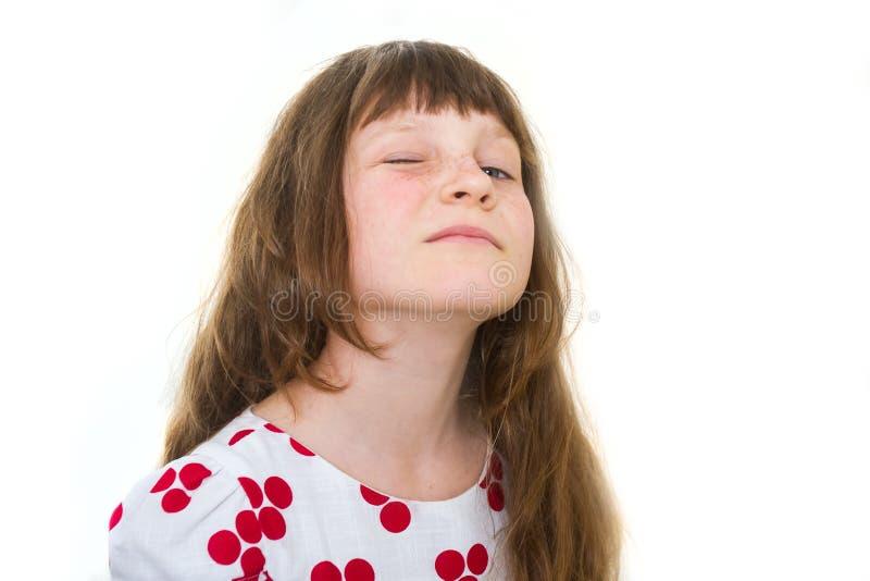 Studiostående av den unga lyckliga le flickan över vit arkivbilder