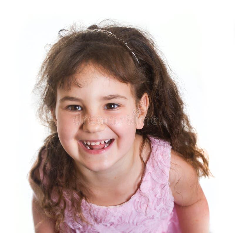 Studiostående av den unga lyckliga le preschoollerflickan över wh royaltyfria foton