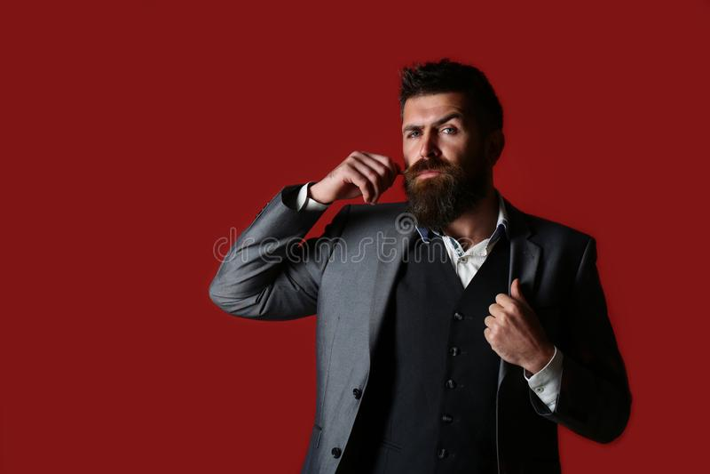 Studiostående av en skäggig hipsterman Manlig skägg och mustasch Stilig stilfull skäggig man Skäggig man i dräkt och royaltyfria foton