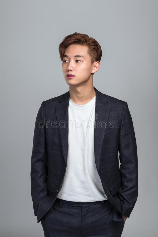 Studiostående av en ung östlig asiatisk man som ser upp royaltyfri bild