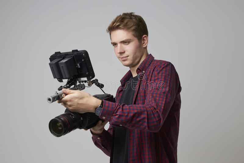 Studiostående av manliga Videographer med filmkameran royaltyfria foton