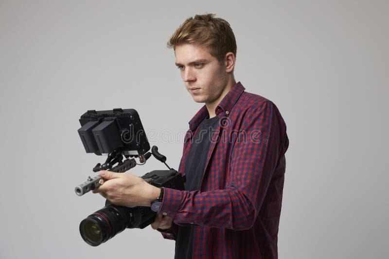 Studiostående av manliga Videographer med filmkameran royaltyfri bild