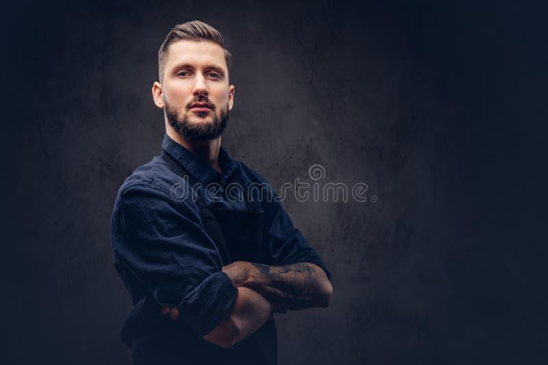 Studioståenden av en professionell uppsökte slaktaren med frisyren royaltyfria foton