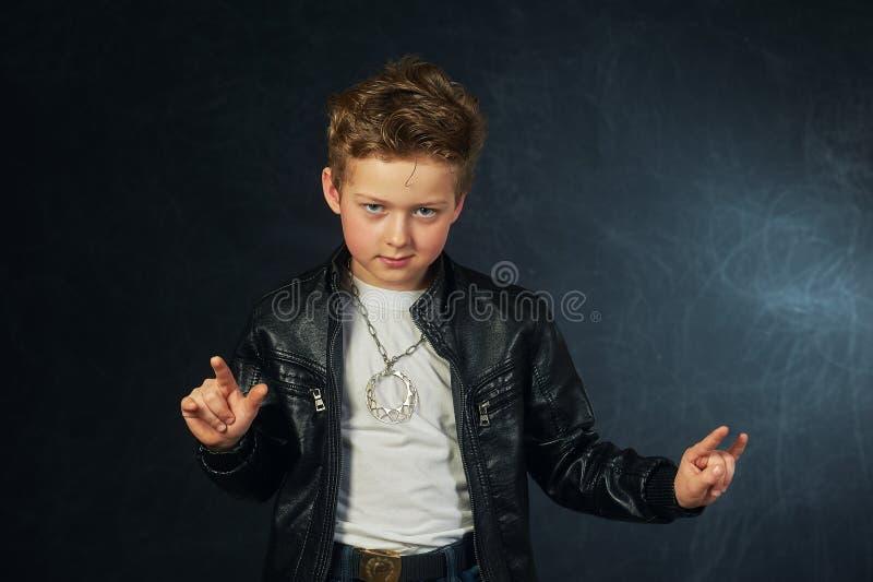 Studioståenden av en stilfull pojke i piskar omslaget Liten vippa royaltyfria foton