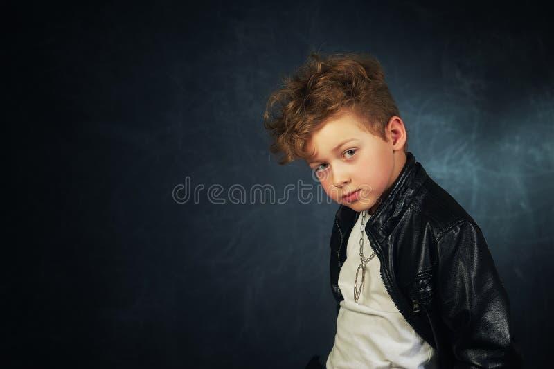 Studioståenden av en stilfull pojke i piskar omslaget Liten vippa fotografering för bildbyråer