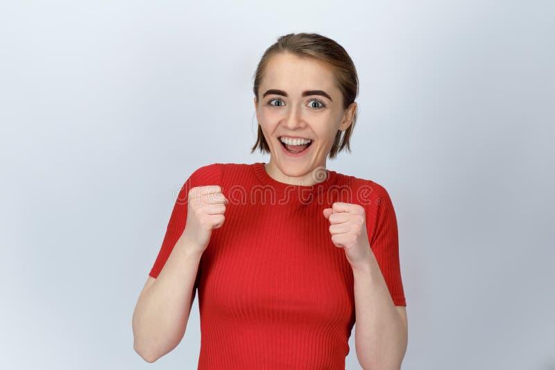 Studioståenden av unga kort-haired flickor med lyckligt uttrycker royaltyfria bilder