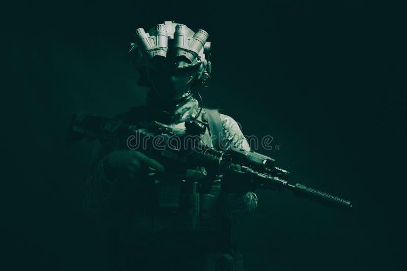 Studiotrieb des Kämpfers der Armeebesonderen kräfte zurückhaltendes lizenzfreies stockfoto