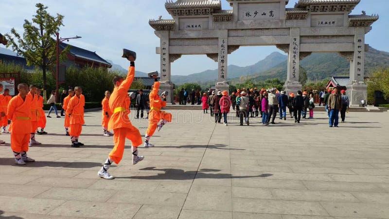 Studiować michaelitów Kung Fu w antykwarskich budynkach Shaolin świątynia fotografia royalty free