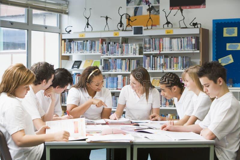 studiować uczniów szkoły w bibliotece fotografia stock