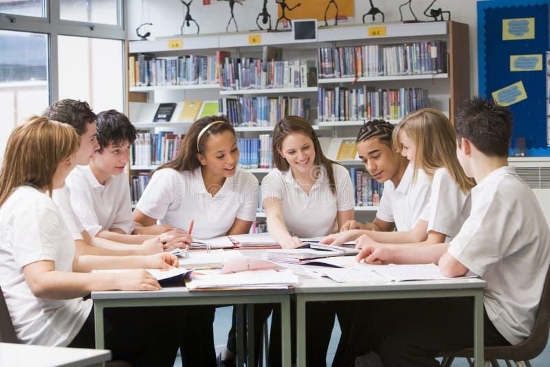 studiować uczniów szkoły w bibliotece obrazy stock