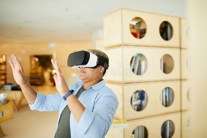 Studiować wirtualnego świat w symulacja gogle obraz stock