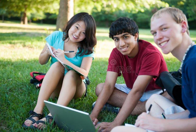 studiowanie grupowi szczęśliwi nastolatkowie trzy fotografia royalty free