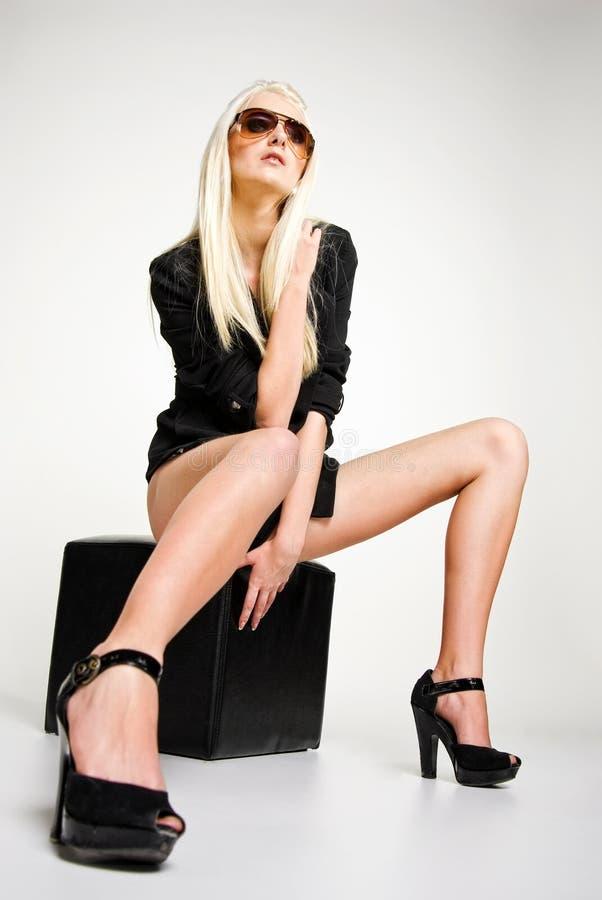 Studiozauberfoto der jungen Frau. stockbild