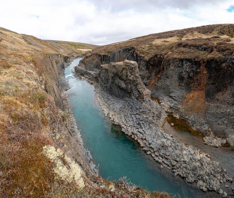 Studlagil basalt canyon com colunas basálticas vulcânicas, Islândia fotos de stock
