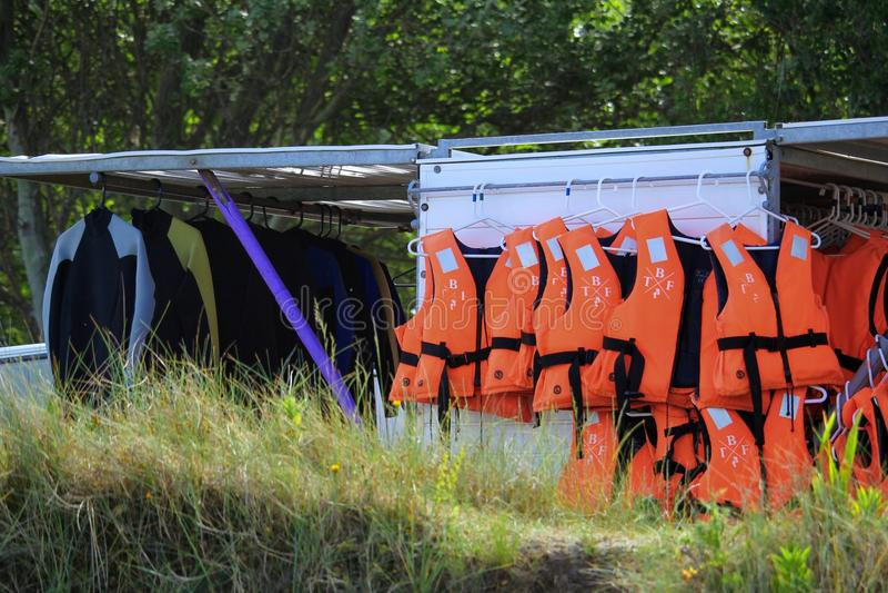 Studland, Dorset, Engeland - Juni 01 2018: Rekken van het oranje leven j stock foto's