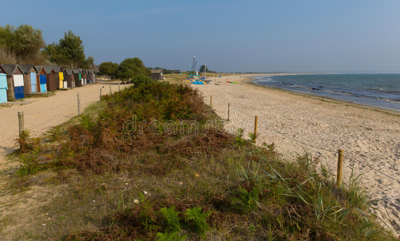 Studland pagórka plaża Dorset Anglia UK z plażowymi budami obraz royalty free