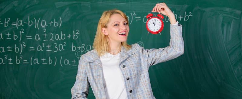 studytid till Välkommet lärareskolår Se utbildare för arbetskraft för hängivet lärarekomplement kvalificerade henne royaltyfri foto