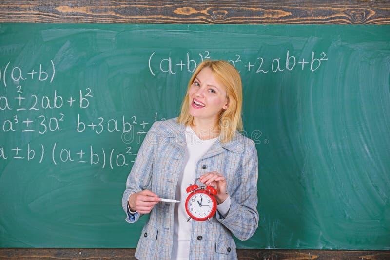 studytid till V?lkommet l?rareskol?r Se utbildare f?r arbetskraft f?r h?ngivet l?rarekomplement kvalificerade skola arkivfoton