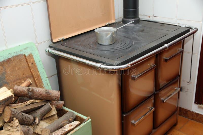 Stufa bruciante di legno in una cucina di una casa della for Cucina giapponese di casa