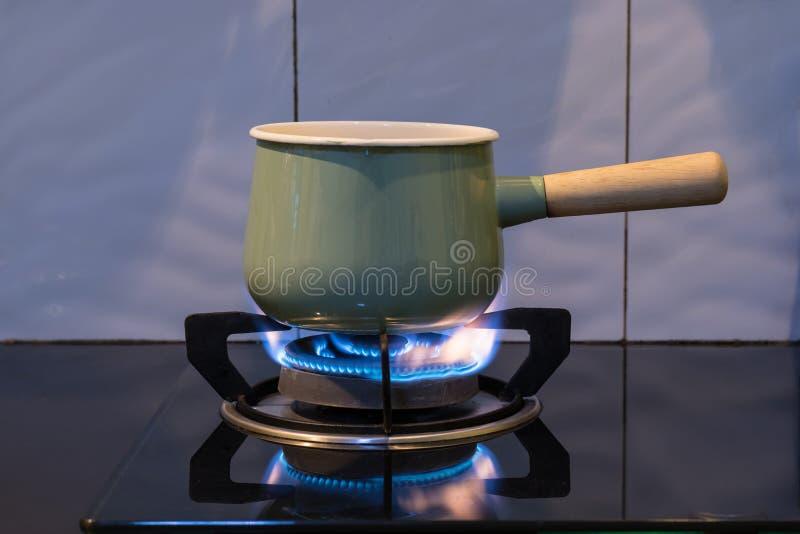 Stufa di gas della fiamma usata per la minestra dell'acqua bollente immagini stock libere da diritti