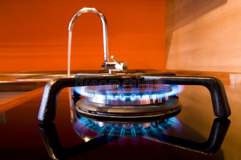 Stufa di gas e colpetto di acqua fotografie stock libere da diritti