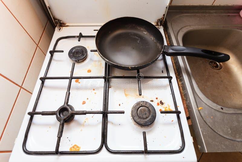 Stufa di gas sporca sporca in cucina fotografia stock