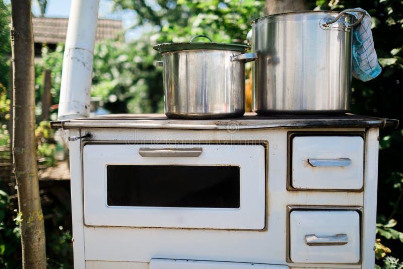 Stufa di legno bianca d'annata per la cottura all'aperto fotografie stock