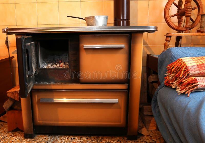 Stufa A Legna Nella Cucina Della Casa Antica Immagine Stock ...
