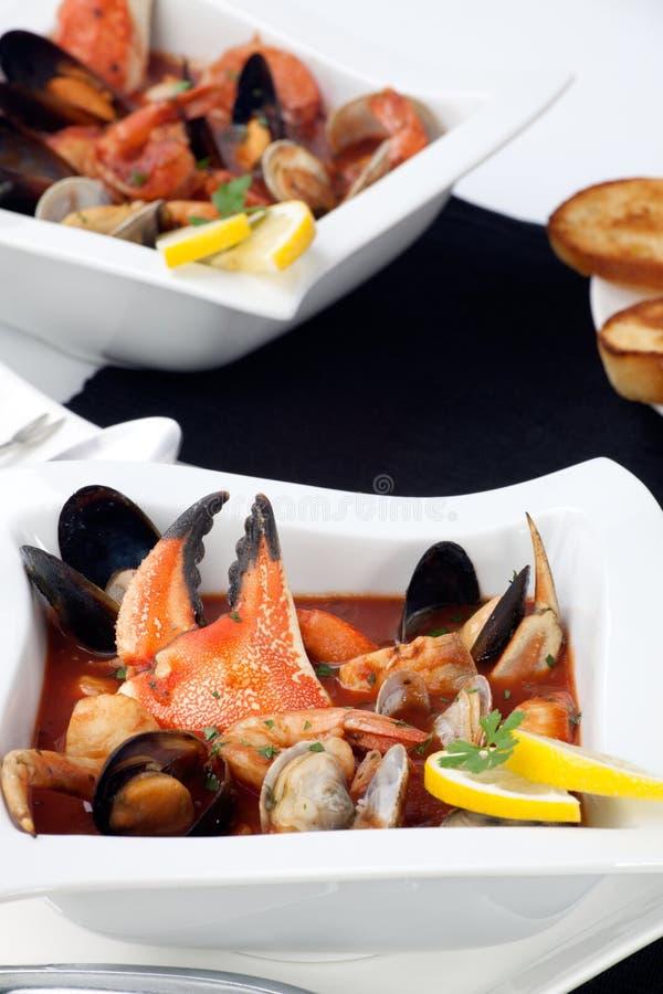 Stufato dei frutti di mare con la branca del granchio fotografia stock