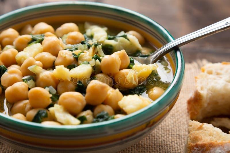 Stufato del cece con spinaci e merluzzo salato a secco fotografia stock libera da diritti