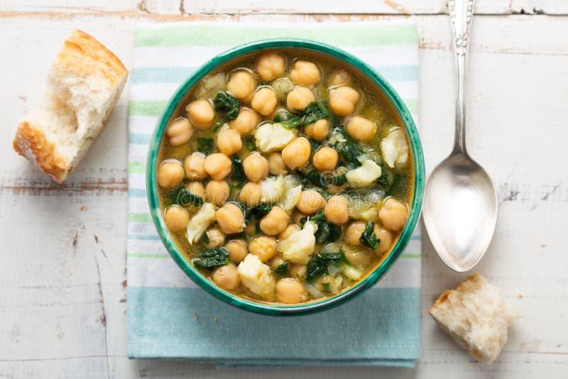 Stufato del cece con spinaci e merluzzo salato a secco immagine stock