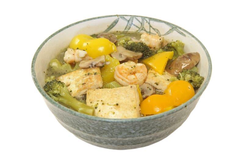 Stufato del gambero, del tofu, del broccolo, del fungo e del peperone dolce fotografie stock libere da diritti