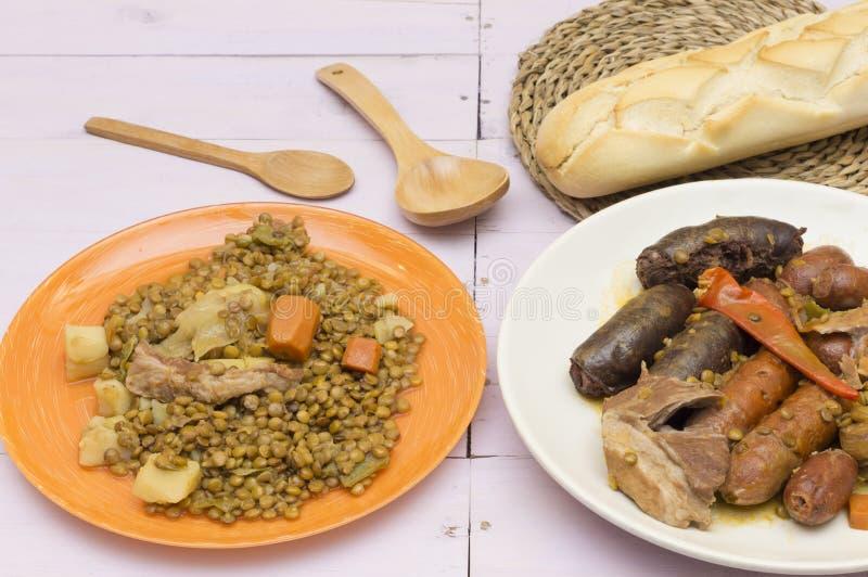 Stufato della lenticchia con le verdure e la carne di maiale immagini stock