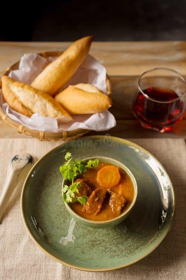 Stufato di manzo vietnamita con la carota ed il pane fresco immagini stock libere da diritti