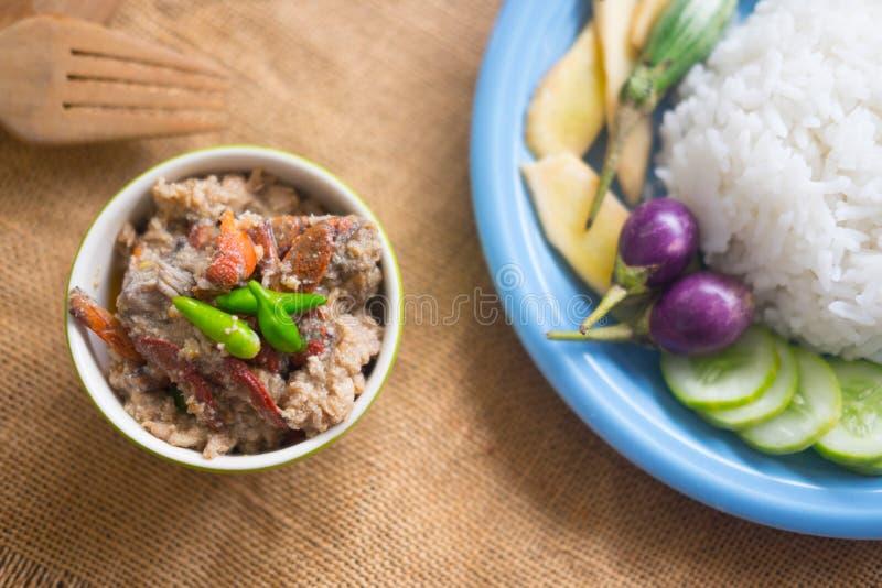 Stufato salato del granchio che mangia con il riso immagine stock