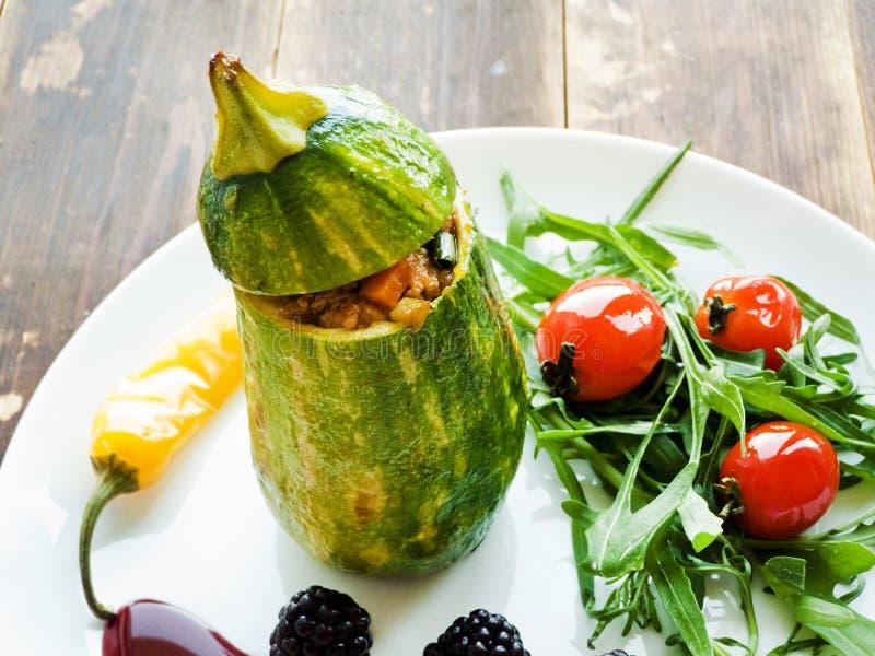 Stufed zucchini med sås royaltyfri bild