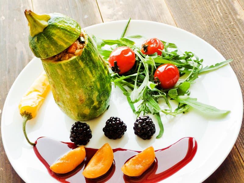 Stufed-Zucchini mit Soße stockbild