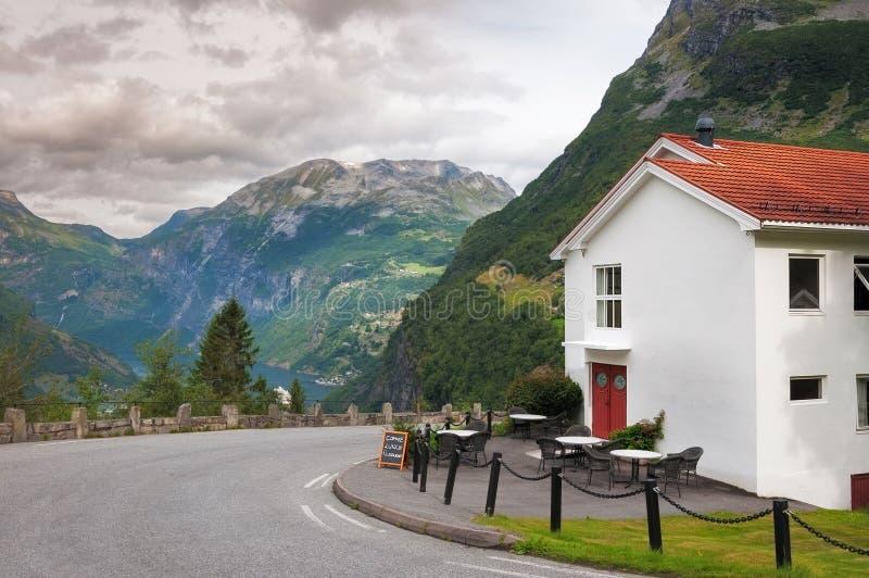 Stuga, berg och moln i Geiranger norway royaltyfri bild