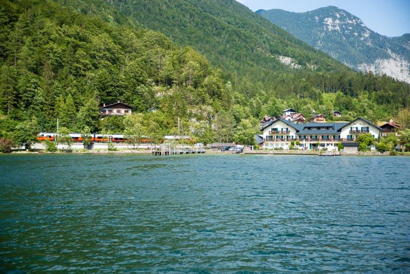 Stuga för sjölandskapHallstadt Österrike drev royaltyfria foton