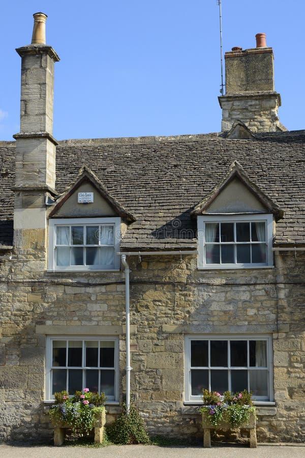 Stuga i Burford, Oxfordshire, England royaltyfri bild