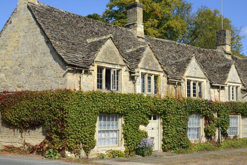 Stuga i Burford, Oxfordshire, England royaltyfria bilder