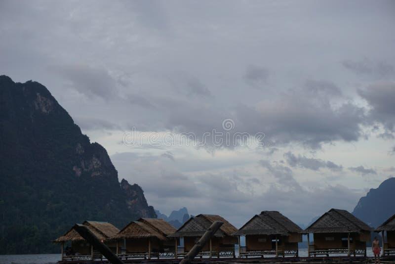 stuga i Chao Lan Dam royaltyfri bild