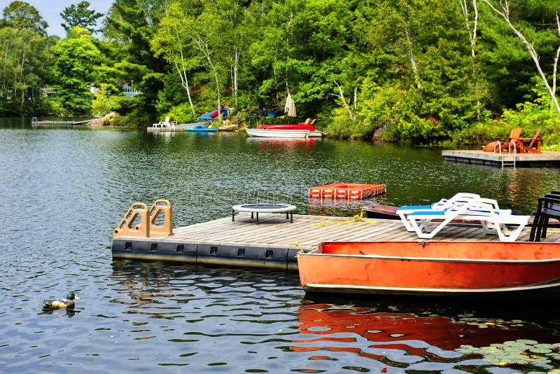Stuga lake med dykningplattformen och docks arkivfoton