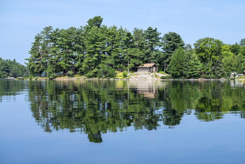 Stuga på en lake arkivbilder