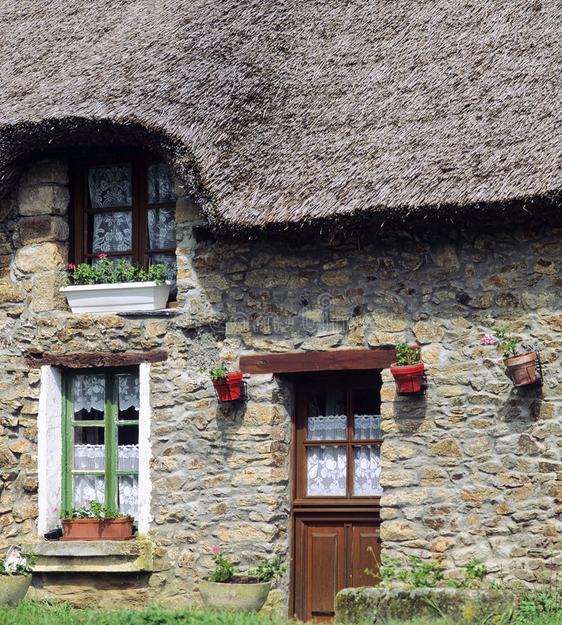 stuga thatched france royaltyfria bilder
