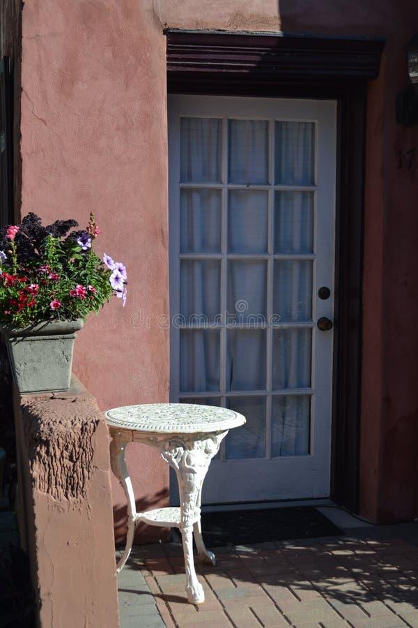 Stugadörr med Flowers-01 arkivbild