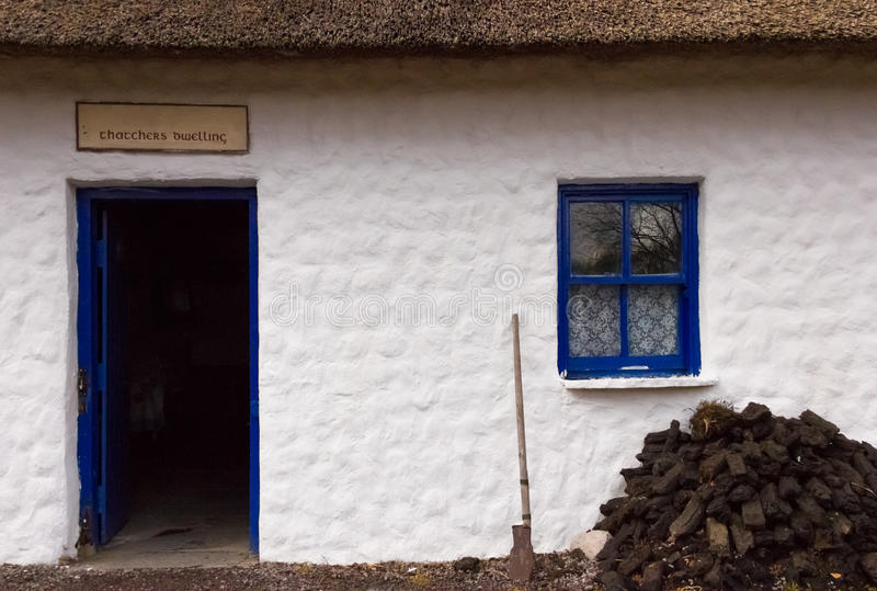 stugan thatched traditionellt kerry ireland arkivfoton
