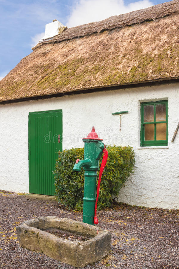 stugan thatched traditionellt kerry ireland royaltyfria bilder